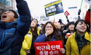 """Tổng thống Hàn Quốc """"ngã ngựa"""": Người mở rượu ăn mừng, kẻ gào khóc tuyệt vọng"""