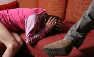 Vác bụng bầu sắp sinh đến gặp nhân tình của chồng, về nhà vợ bị chửi đánh thậm tệ