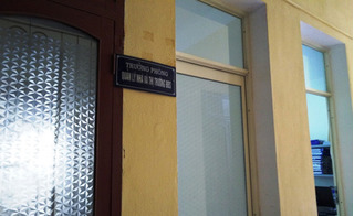 Tấm biển ghi chức danh của bà Trần Vũ Quỳnh Anh không còn