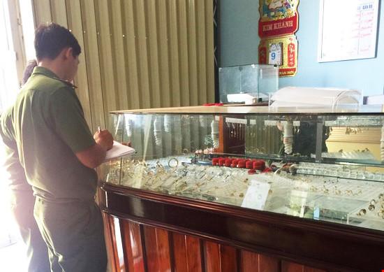 Công an khám nghiệm hiện trường vụ trộm tiệm vàng ở Bình Định
