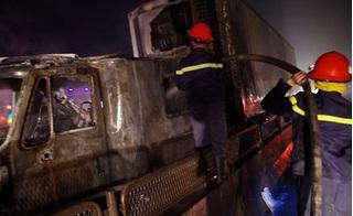 Container cháy dữ dội gần cây xăng, người dân hoảng loạn bỏ chạy giữa đêm