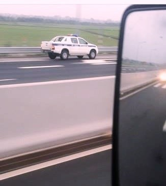 Xe CSGT chạy ngược chiều trên cao tốc 2