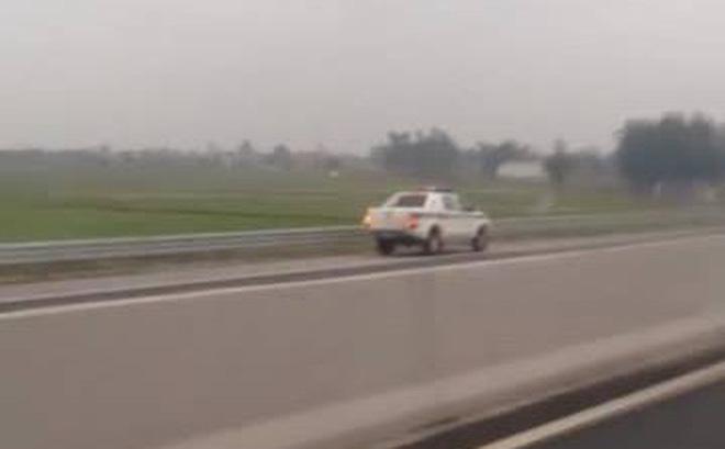 Xe CSGT chạy ngược chiều trên cao tốc 1