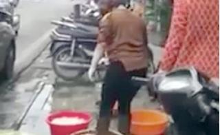 Dùng chân rửa lòng lợn: