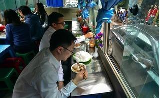 Hà Nội: Phạt tiền, dừng hoạt động quán bún chả trên xe khách