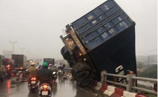 Hà Nội: Tai nạn liên hoàn, container treo lửng qua lan can cầu Thanh Trì