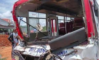 Gia Lai: Xe đưa đón học sinh tông xe tải, 18 người thương vong