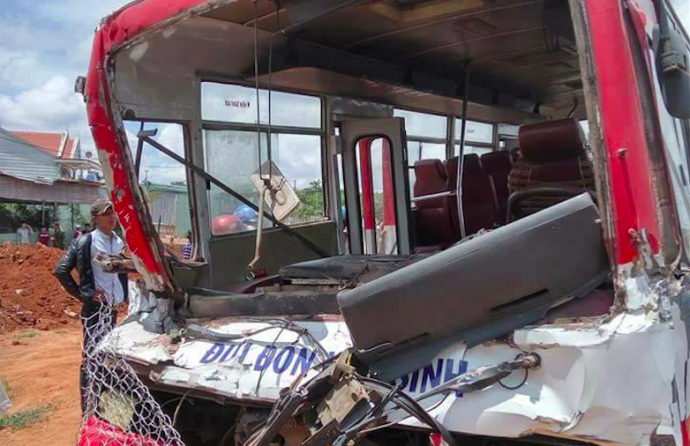 xe đưa đón học sinh gặp tai nạn