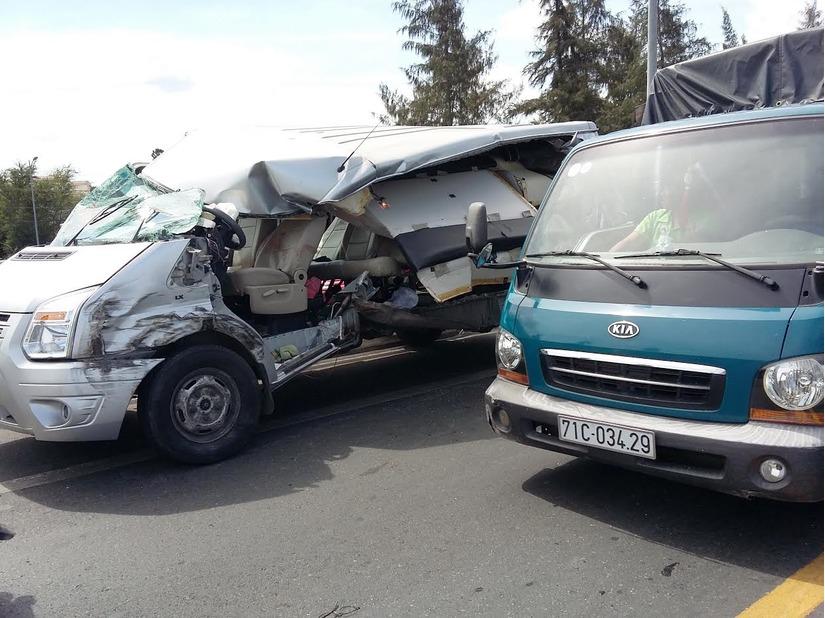 xe đám cưới gặp tai nạn