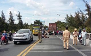 Tông vào container, 13 người trên xe đám cưới gặp tai nạn kinh hoàng