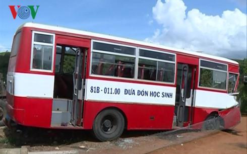 xe chở học sinh gặp tai nạn