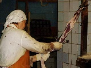 Ẩn trong mỗi chiếc áo lông chồn siêu phẩm là tiếng kêu thảm thiết của con vật bị lột da sống