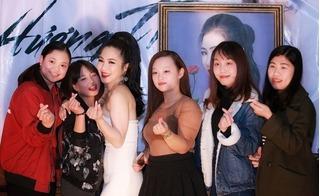 Hương Tràm hạnh phúc trong vòng tay fans Hà Nội