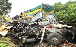 Tàu hỏa tông xe tải khiến 2 người chết: Nhân viên