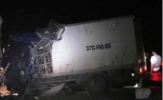 Thanh Hóa: Xe khách đấu đầu xe tải, tài xế mắc kẹt trong cabin