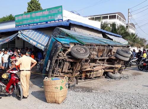 Cô gái bị xe tải đè trúng