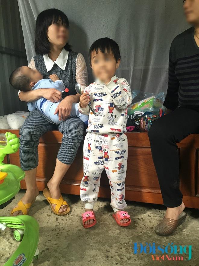 Bé gái 3 tuổi bị lột quần áo 1