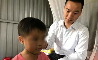 Bé 3 tuổi bị lột quần áo, đứng ngoài mưa rét được luật sư giúp quay trở lại trường