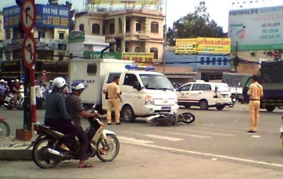 xe chở công an gặp tai nạn