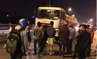 Hà Nội: 3 thanh niên lấn làn, lao trực diện vào đầu xe bồn