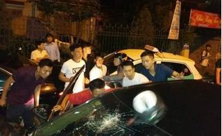 Hàng chục người truy đuổi, vây đánh tài xế Camry say xỉn gây tai nạn liên hoàn