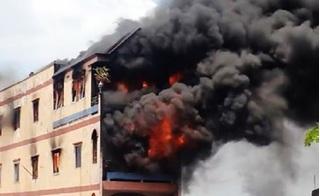 Cháy ngùn ngụt ngay sát chợ hóa chất Kim Biên: Cụ ông 70 tuổi bị mắc kẹt tại tầng 3