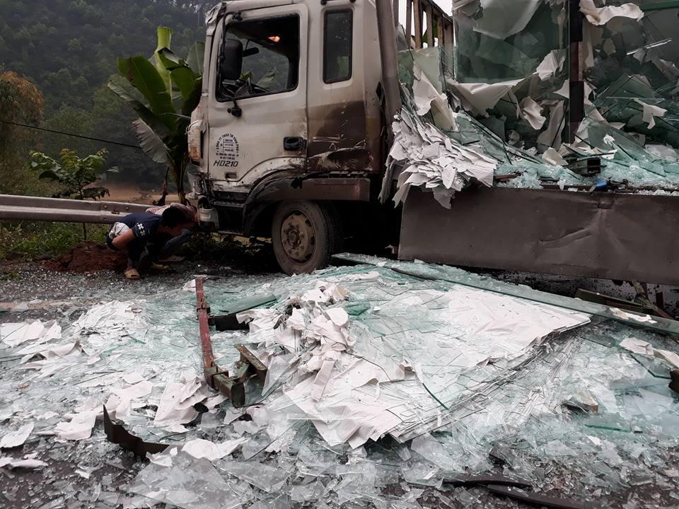 Xe khách va chạm với xe tải 3