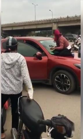 Hai người phụ nữ nhảy lên nắp capô đánh ghen 2