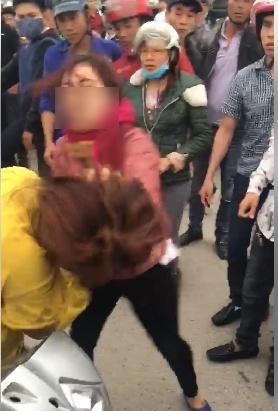 Hai người phụ nữ nhảy lên nắp capô đánh ghen 4