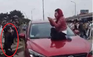 Hai người phụ nữ nhảy lên nắp capo, đập cửa kính lôi tình địch ra đánh ghen