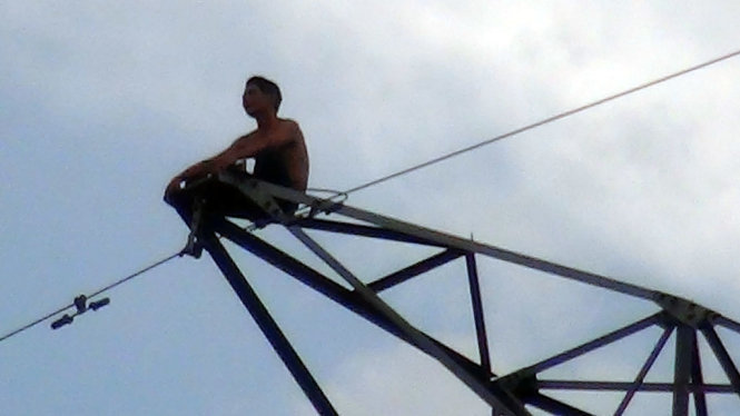 nam thanh niên trèo lên cột điện cao thế