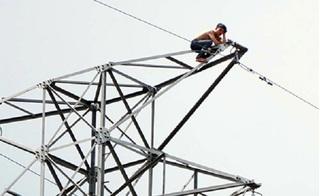 Nam thanh niên say rượu, trèo lên cột điện cao thế vì trách... ông trời bất công