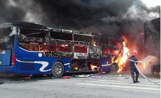 Thanh Hóa: Xe khách giường nằm bốc cháy dữ dội sau cú đấu đầu container