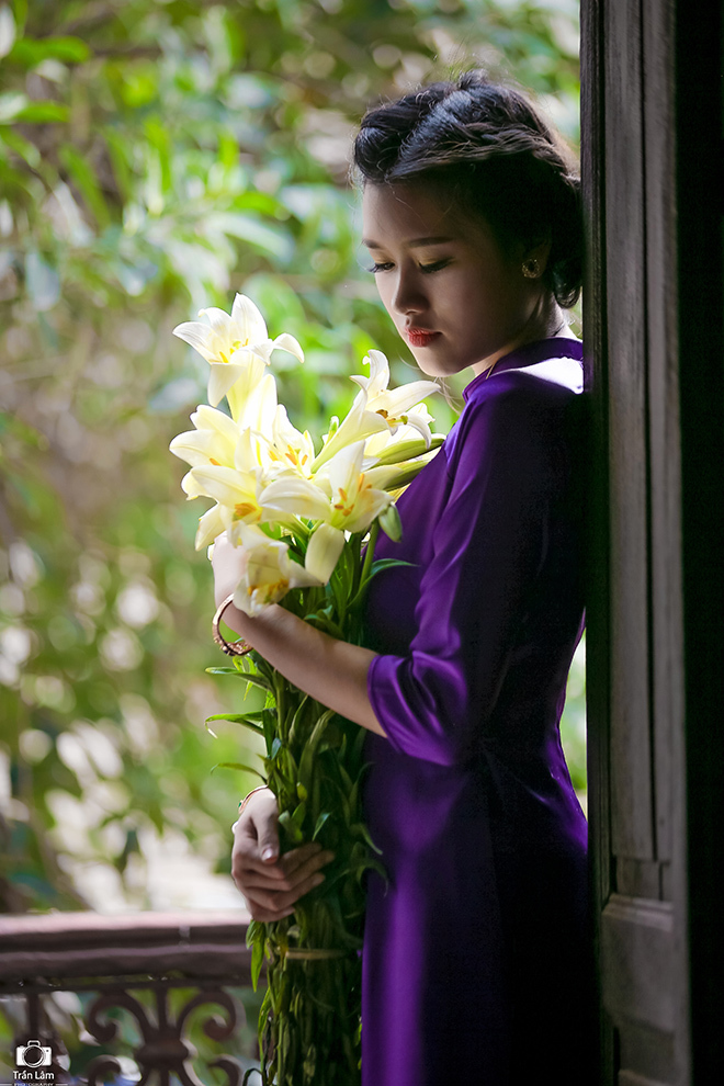 thiếu nữ chụp ảnh bên hoa loa kèn5