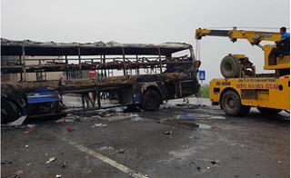 Clip khoảnh khắc xe khách và container đấu đầu, bốc cháy ngùn ngụt ở Thanh Hóa