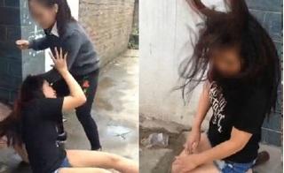 Cô gái trẻ quỳ gối van xin vì bị đánh ghen, dọa rạch nát mặt ở Hà Nội