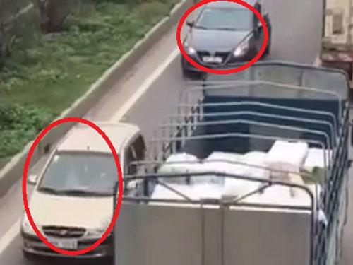 3 ô tô chạy ngược chiều trên đường cao tốc 1