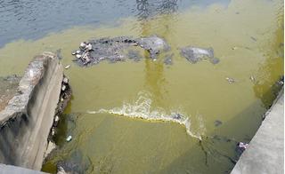 """Nước thải """"lạ"""" tuôn ào ào xuống sông Kim Ngưu, người dân hoang mang"""