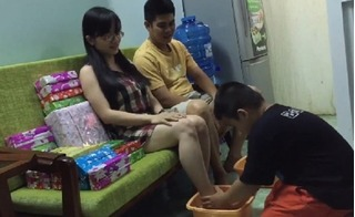 Ngỡ ngàng bé trai 6 tuổi ở Long An quỳ gối rửa chân cho bố mẹ