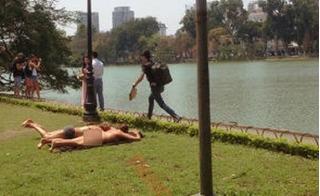 Dân mạng nổi giận trước cảnh hai phụ nữ nước ngoài ở trần, nằm tắm nắng trên bãi cỏ cạnh Hồ Gươm