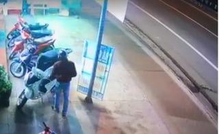 2 tên trộm táo tợn bẻ khóa xe SH trước cửa hàng trong tích tắc