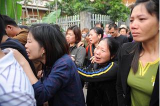 Từng dòng người nối đuôi nhau hàng trăm mét tiễn biệt cô bé người Việt đáng thương chết ở Nhật