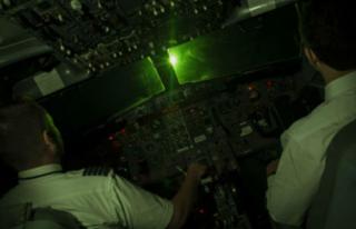 Máy bay bị chiếu tia laser khi hạ cánh ở Nội Bài