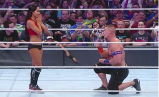 Cái quỳ gối khiến hàng triệu cô gái phát ghen với người yêu nhà vô địch John Cena