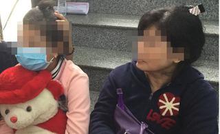 Rơi nước mắt cảnh bé 10 tuổi bị xâm hại ôm gấu bông tới bệnh viện phá thai