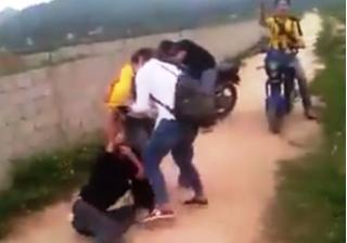 Nữ sinh đánh nhau như phim, học sinh đứng ngoài cổ vũ
