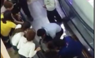 Bé trai 17 tháng tuổi bị thang cuốn kéo đứt cổ tay ở sân bay Tân Sơn Nhất