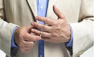 Nhìn ngón tay đeo nhẫn dự đoán bản lĩnh giường chiếu và khả năng làm giàu ở đàn ông