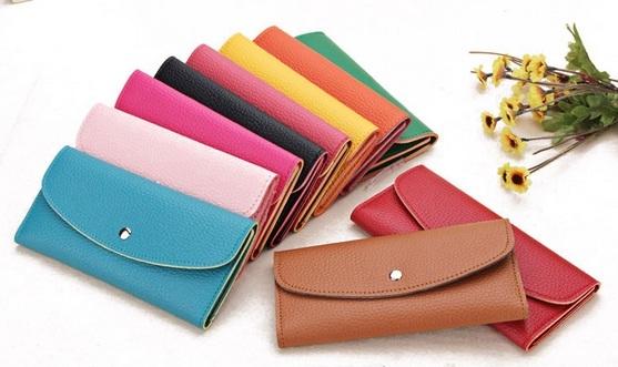 Nếu không muốn nghèo mạt vận, nên chọn những chiếc ví có màu hợp với phong thủy. Ảnh: Internet
