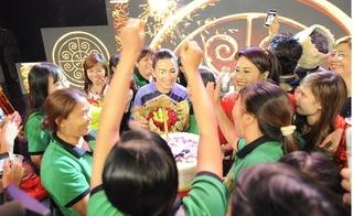 Phi Nhung vỡ òa khi được fan bất ngờ tổ chức sinh nhật
